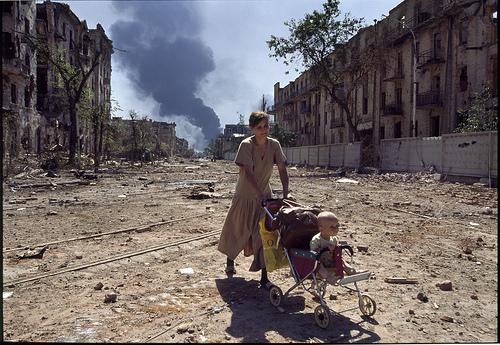 Lauren Van Der Stockt_ Una mujer vuelve a casa con su hijo tras la batalla..., 1996. Grozny, Chechenia. GAMMA