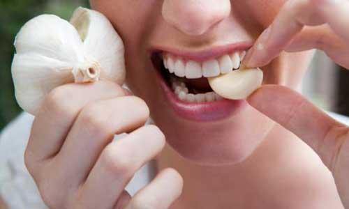 woman-eating-garlic