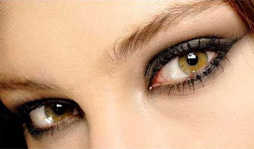 Tendencias maquillaje 2011 con los ojos en negro las uñas en negro y