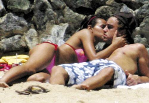Fernando-Alonso-y-Raquel-de-Rosario-en-la-playa-888