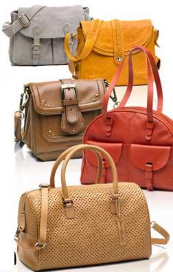 Una línea en la que también están muy presentes los bolsos cruzados con volúmenes pequeños y