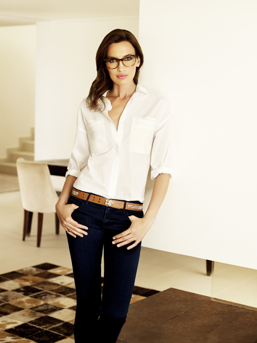 Nieves Álvarez con un modelo de Transitions Optical en interior