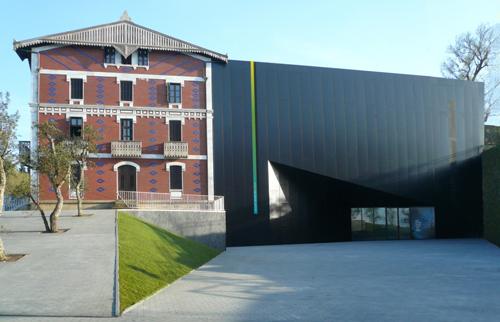 Fachada principal del Museo Cristóbal Balenciaga