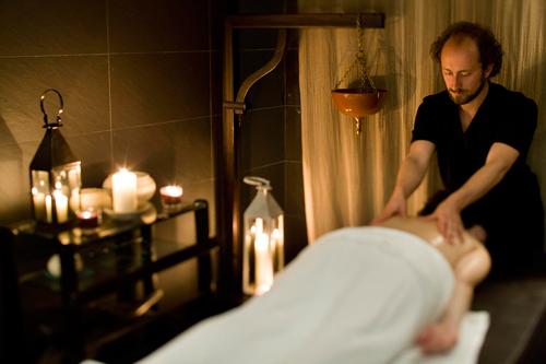 Hotel-Spa-Isabel-de-Farnesio-masaje