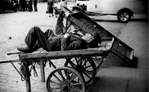 Hombre-durmiendo-siesta-1930
