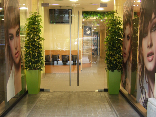 Llongueras abre en barcelona su primera peluquer a for Iluminacion para peluquerias