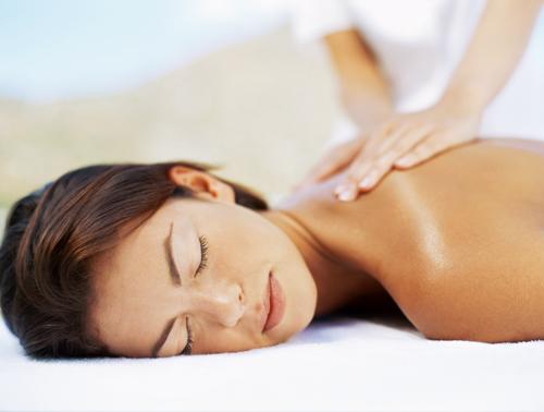 imagen mujer recibiendo un masaje