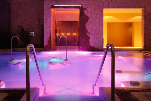 Imagen nocturna del Spa L'Occitane en el Gran Hotel Bahía del Duque´Resort