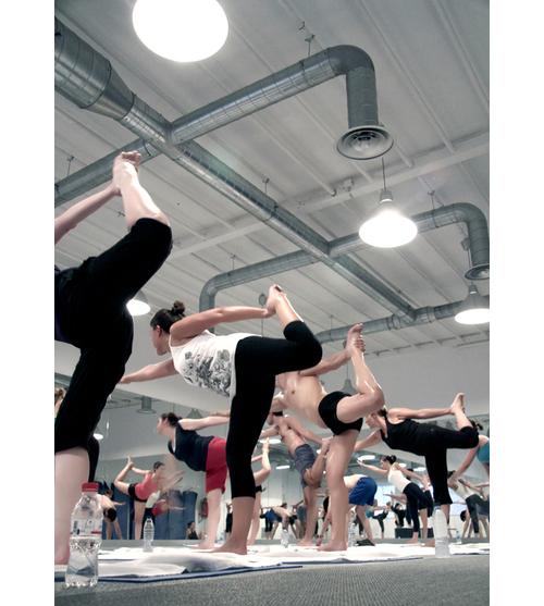 Practicando bikram yoga