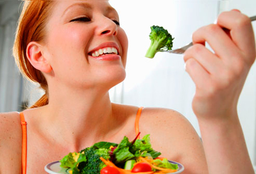 Mujer comiendo brocoli