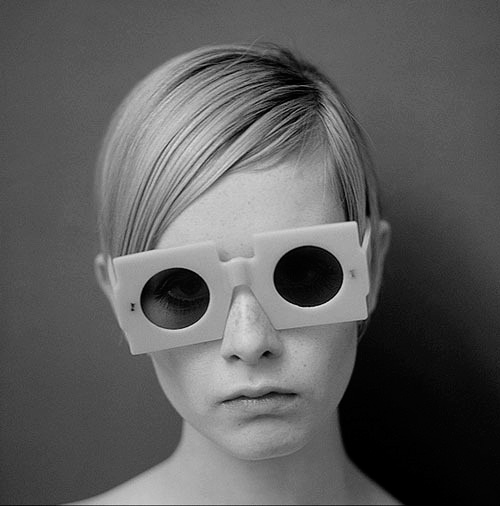 La modelo Twiggi con gafas de sol vintage