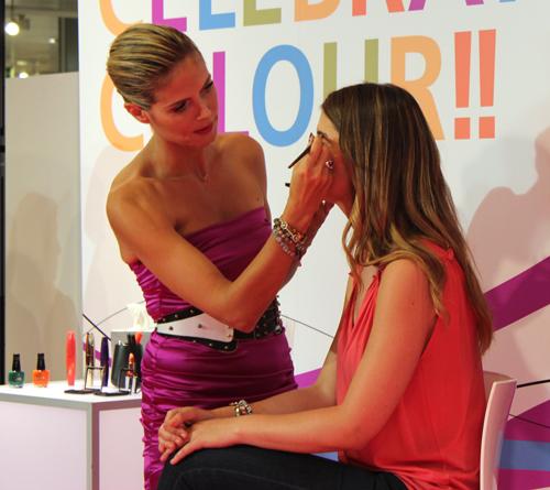 Heidi Klum maquillando a una bloguera