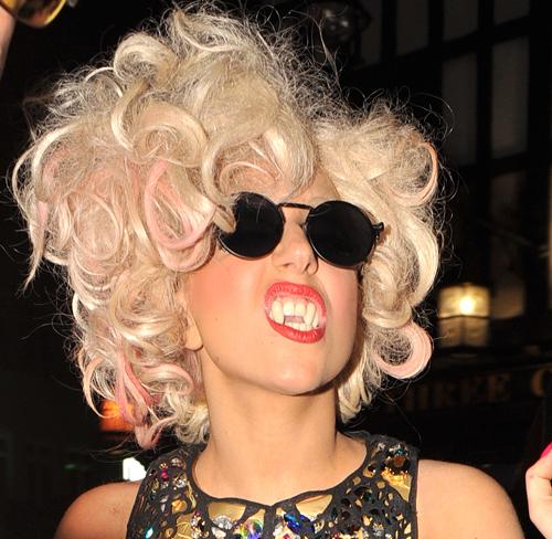 Lady Gaga con dientes de vampiresa
