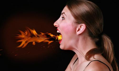 Imagen mujer saliendo fuego de su boca