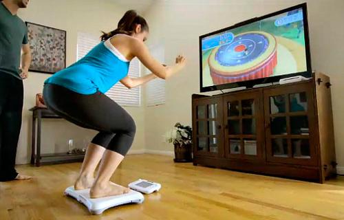 Imagen mujer jugando con Nintendo Wii Fit U