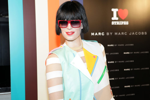 Bimba Bosé con gafas de sol de Marc Jacobs