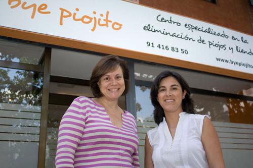 Vanesa Arce y Elisa de la Riva en la puerta de su centro Bye Piojito