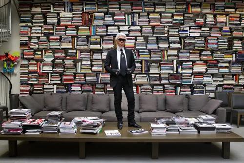 Karl Lagerfeld en su biblioteca