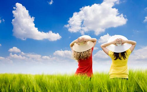 Niños tomando el sol con sombrero