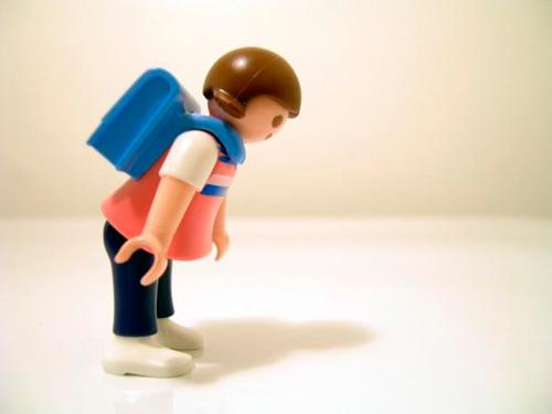 Imagen de un click de Playmobil con una mochila