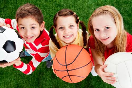 Niños con balones en la mano