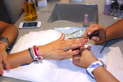 Imagen haciendo la manicura