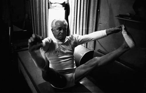 Joseph Pilates practicando su disciplina