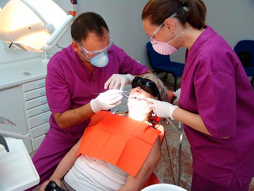 Imagen de una paciente en el dentista con las gafas de realidad virtual