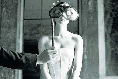 Mujer tapándose la cara con un antifaz