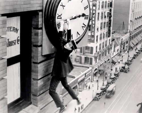 """Escena de """"El hombre mosca"""" en la que Harold Lloyd cuelga de la manilla de un reloj gigante"""