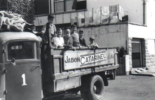 Imagen antigua de un camión de la marca