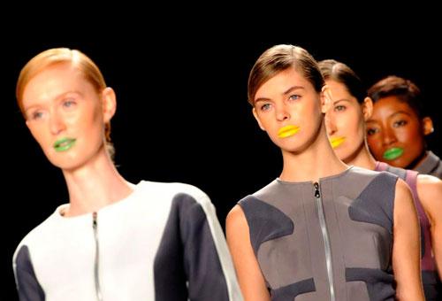 models labios amarillos