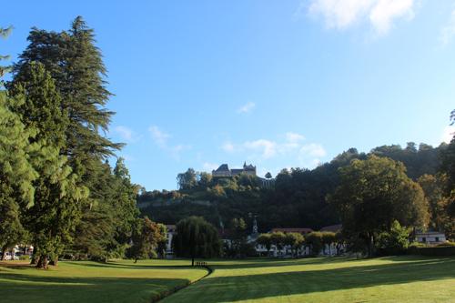 El hotel detrás de los árboles y el castillo - Foto Malva Rico