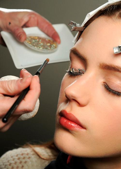 maquillaje-fiesta-glitter-chanel-paso-a-paso