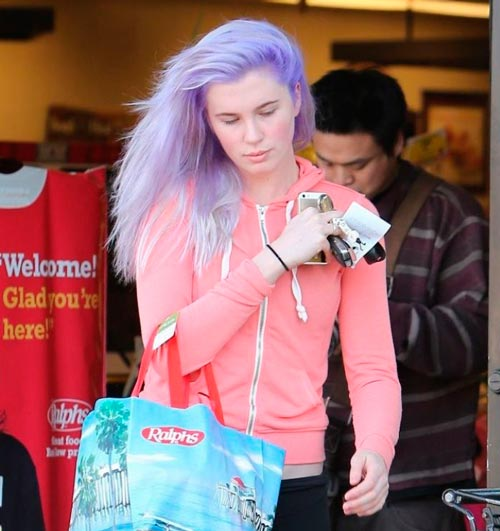 ireland-baldwin-purple-hair-pelo-orquidea-radiante