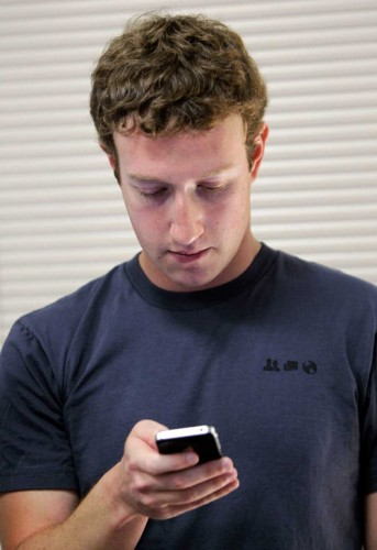 mark-zuckerberg-con-el-movil
