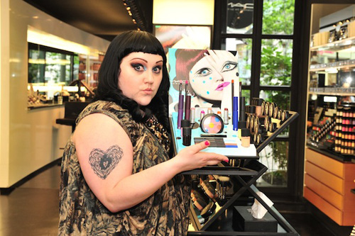 La cantante Beth Ditto, junto a su campaña para M.A.C.