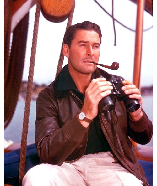 Errol Flynn, galán y aventurero con su chupa de cuero