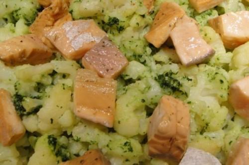 Salmón con coliflor al pesto, un plato rico en coenzima Q10