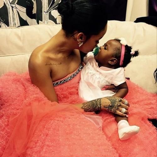 Rihanna en una estilistica escena madre hija.