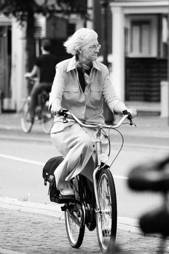 anciana en bicicleta