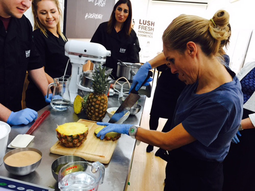 Cortando piña en Lush Kitchen