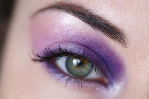 ojo con sombra violeta