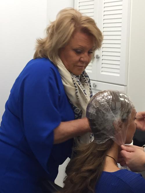 Mercedes Garrosa Haciendo un croquis para una peluca
