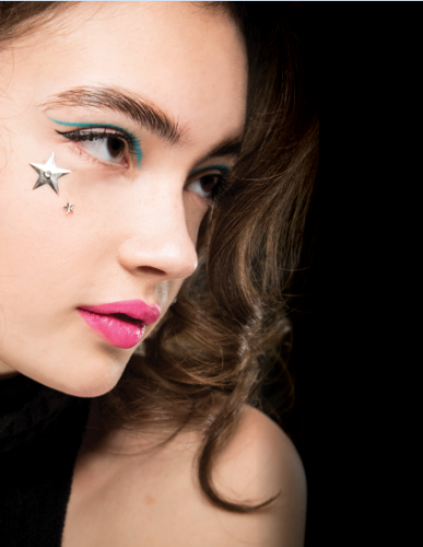 En el desfile de Jeremy Scott se vieron eyeliners creativos adornados con estrellas metalizadas. Foto: Luca Cannonieri para MAC Cosmetics.