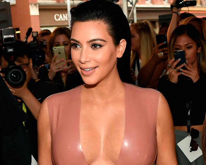 Kim Kardashian parece que se baña en botox