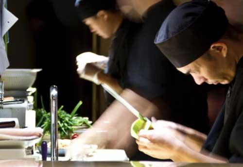 Preparando edamame en el restaurante japonés Shibui