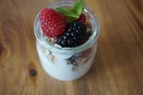 yogur griego con muesli y frutos rojos