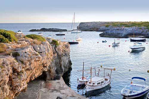 Practicar snorkel en una cala de Menorca o Mallorca