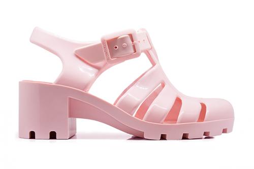 Con plataforma y color rosa palo, de la marca española Flamingo's Life.